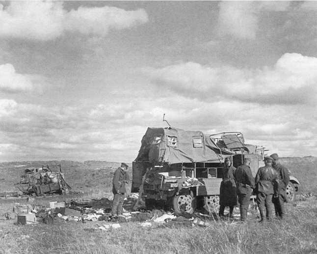 Советские танкисты осматривают трофейную японскую ремонтную летучку на базе грузовика Тип 94. Сентябрь 1939 года (АСКМ)