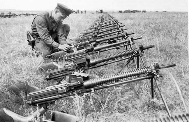 Сбор трофеев после боев — японские 6,5-мм легкие (ручные) пулеметы «образца 11 года» (1922). Сентябрь 1939 года (АСКМ)