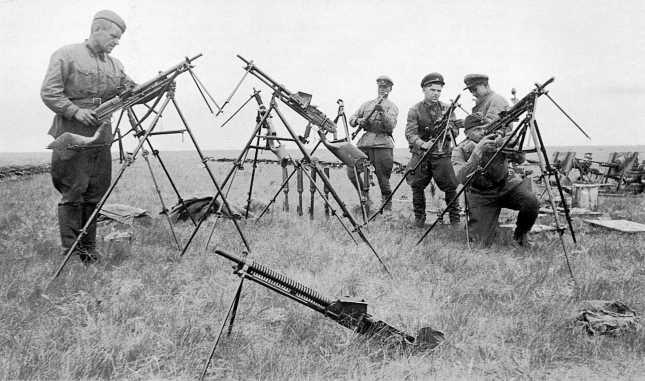 Советские бойцы рассматривают трофейные японские 6,5-мм легкие (ручные) пулеметы «образца 11 года» (1922г.), установленные на зенитных треногах. Сентябрь 1939 года (АСКМ)