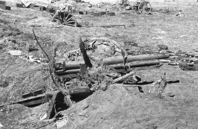 Разгромленные японские позиции на реке Халхин-Гол. Август 1939 года. На переднем плане разбитое 75-мм орудие Тип 38 (АСКМ)