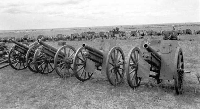 Артиллерийские орудия, захваченные после боев: на переднем плане 75-мм горные пушки «образца 41 года» (1909г.), на заднем плане видна 77-мм пушка образца 1911 года китайского производства. Сентябрь 1939 года (АСКМ).