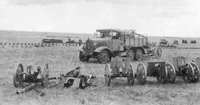 Сборный пункт трофеев 1-й армейской группы: на переднем плане 70-мм пехотные орудия Тип 92, на заднем — грузовик Тип 94 (АСКМ)