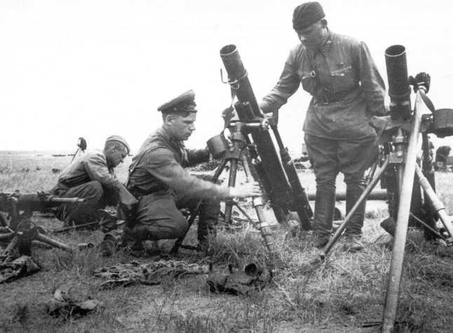 Командиры Красной Армии осматривают трофейные 91-мм японские минометы Тип 94. Сентябрь 1939 года (АСКМ)