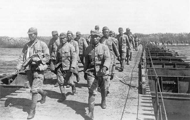 По понтонному мосту на западный берег Халхин-Гола направляется колонна японских военнопленных. Август 1939 года (ЦМВС)