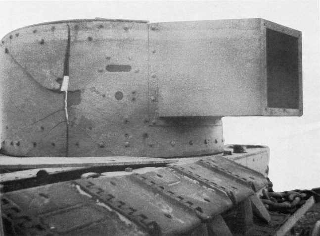 Танк БТ-5 (башня раннего выпуска с малой кормовой нишей) 11-й танковой бригады, подбитый 3 июля в районе горы Баин-Цаган. Борт башни, пробитый снарядом 37-мм противотанковой пушки, треснул из-за высокой хрупкости брони. Фото сделано после окончания боев на реке Халхин-Гол (АСКМ).