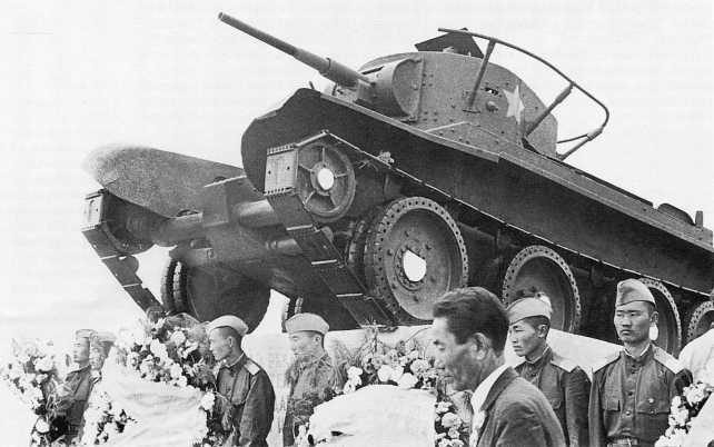 Возложение венков к памятнику танкистам 11-й танковой бригады имени М. Яковлева во время празднования 40-й годовщины победы над японцами. Монголия, район реки Халхин-Гол, август 1979 года (РГАКФД)