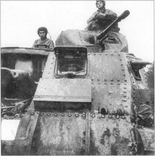 Носовая часть корпуса танка М3. В правой части верхнего лобового листа расположен смотровой люк механика-водителя. Под откинутой броневой крышкой хорошо видно защитное стекло триплекс, оборудованное стеклоочистителем. В бортовом листе размещен смотровой лючок. Такие же лючки расположены в башне и командирской башенке.
