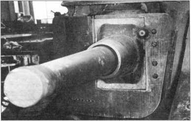 Установка 75-мм пушки в спонсоне. На ствол орудия надет дополнительный броневой щит, на линейных серийных танках не применявшийся.