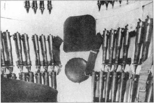 Выстрелы 37-мм пушки располагались на стенках башни и подбашенной коробки.