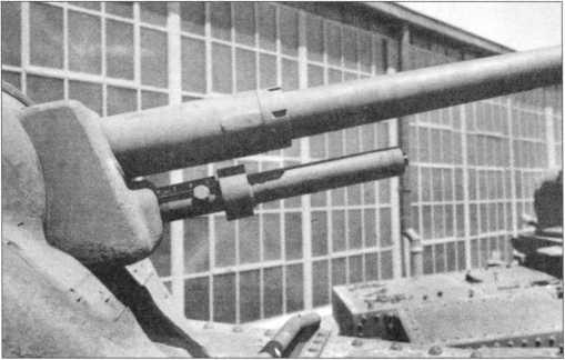 Противовес, закрепленный под стволом 37-мм пушки.