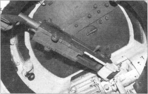Вид снизу на командирскую башенку с установленным в ней пулеметом Browning М1919А4. Маловероятно, что при таком его размещении командир мог вести из пулемета прицельный огонь.