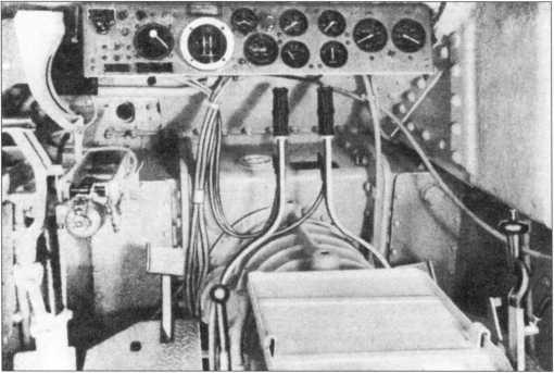 Панель приборов, органы управления и сиденье механика-водителя (спинка откинута вперед).