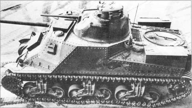 Танк М3 поздних выпусков. Такое заключение можно сделать по отсутствию дверей в бортах корпуса и наличию 75-мм пушки М3.