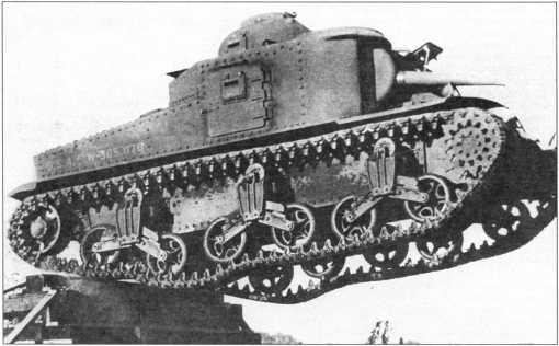 Судя по фотографии, силовая установка и ходовая часть среднего танка М3 обеспечивали ему неплохую подвижность.