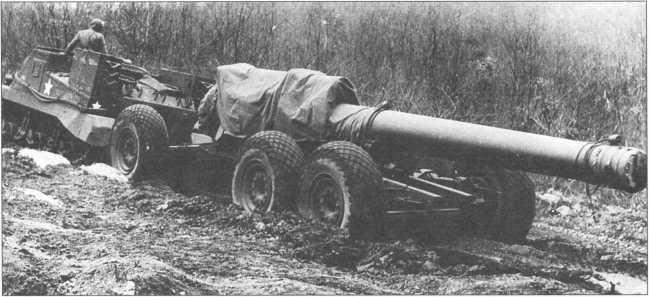 Тягач М33 буксирует ствол 240-мм гаубицы М1.