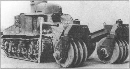 Танк М3, оборудованный катковым минным тралом Т1, во время испытаний на Абердинском полигоне. Февраль 1943 года.