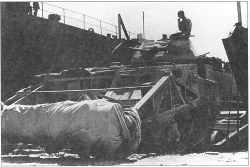 Танк-<a href='https://arsenal-info.ru/b/book/2719725612/58' target='_self'>тральщик</a> Grant Scorpion покидает десантный корабль во время высадки в Сицилии. 1943 год.