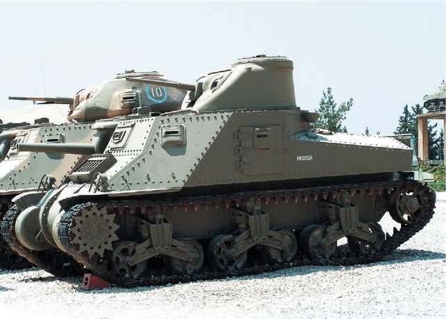 Крейсерские танки Lee I и Grant I в экспозиции музея танковых войск Армии обороны Израиля в Латруне. Фото Р. Казачкова.