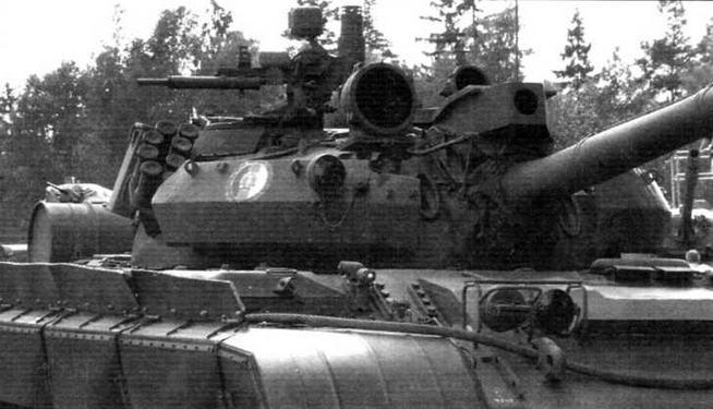 Передняя часть башни танка «Кладиво» с СУО. Лазерный дальномер на маске орудия