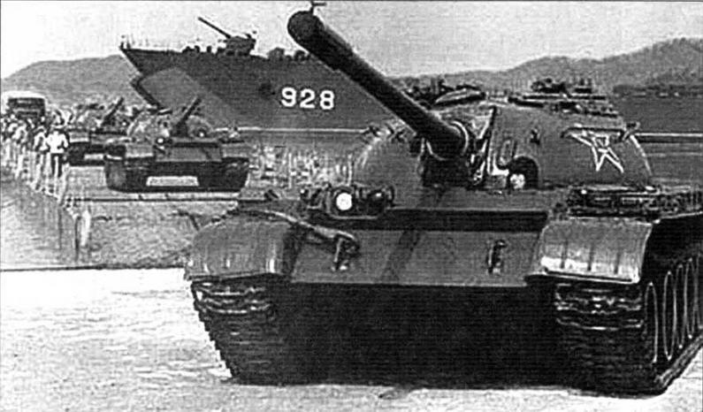 Колонна танков «Тип 59» покидает трюм десантного корабля