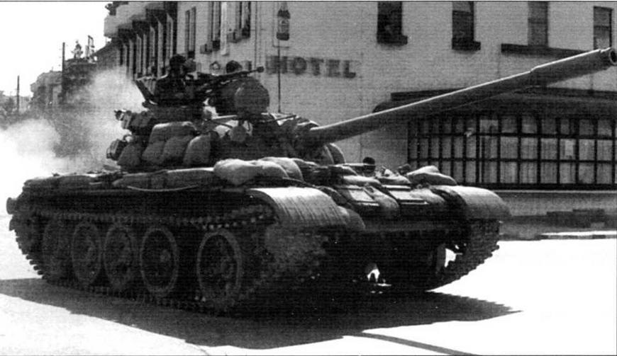 Танк Т-55А Македонии. Для дополнительной защиты на броню уложены мешки с песком. Март 2001 года