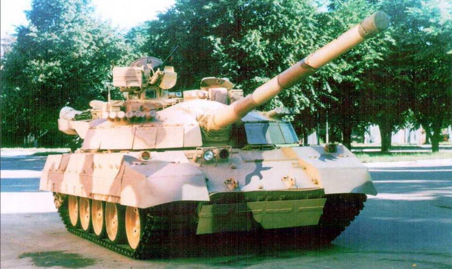 Танк Т-55АГМ, вооруженный 125-мм гладкоствольной пушкой с автоматом заряжания