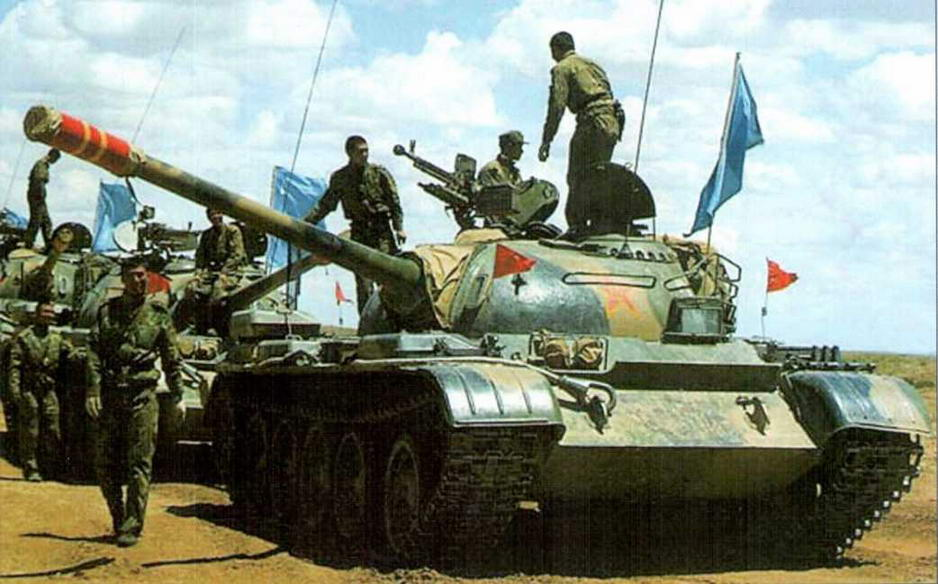 Колонна китайских танков «Тип 59» во время короткого отдыха на марше