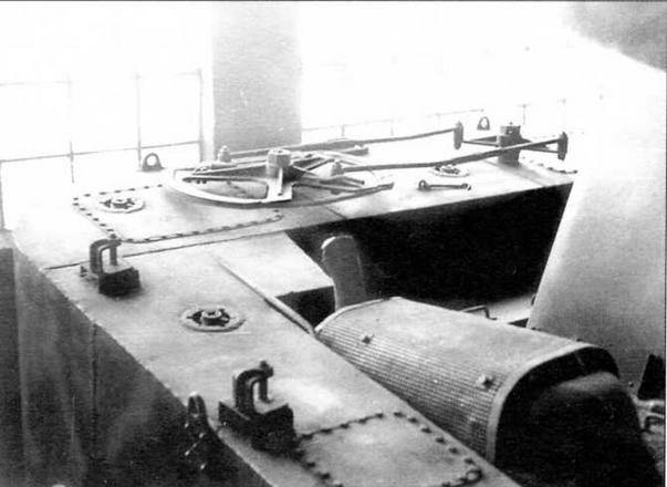 На верхней части кормового понтона размещены механизмы привода рулей. На переднем плане — глушитель