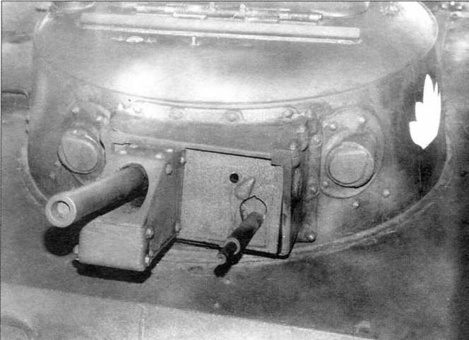 Башня танка «Ка-ми». Слева и справа от спаренной установки пушки и пулемета расположены смотровые блоки, закрываемые бронезаслонками
