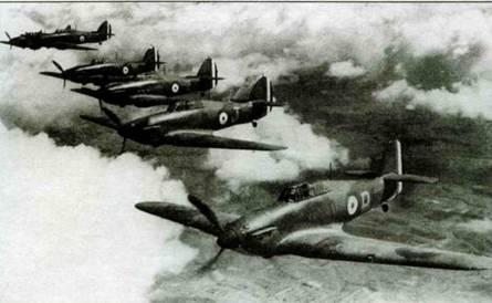 """Строй «Харрикейнов I» из 73-й эскадрильи, Франция, зима 1939/40г.г. Хвостовое оперение самолетов украшено """"fin flash"""", сделанным на французский манер. Обратите внимание на то, что большинство самолетов несут лишь тактический код, тогда как код эскадрильи (ТР) виден лишь па одном самолете звена. Самолет с литерой J на борту (Р2575) позднее служил в 312-й чешской эскадрилье. Самолеты с номерами «О» и «ТР- Е» можно идентифицировать как Р2569 и N2517, соответственно."""