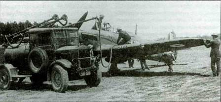 Заправка «Харрикейна» из 501-й эскадрильи, Бетенвиль, Франция, май 1940 года. Видны пробоины на красной полосе, закрывающей стволы пулеметов. Нижняя сторона самолета выкрашена по схеме «день-ночь». Хорошо виден автозаправщик «Альбион» с тремя шланга.ш для одновременной заправки самолетов.