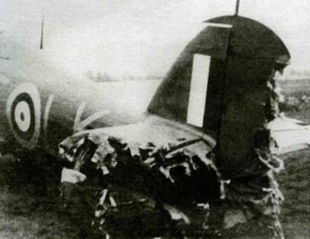 Вот что бывает, когда ведомый слишком приближался к командиру. Поврежденный самолет принадлежал австралийцу летному офицеру Джону Коку, а его таранил взводный офицер Дадли Джей, 24 октября 1940 года.