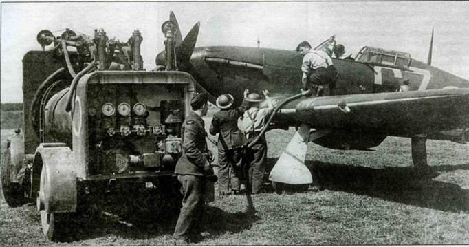 Заправка «Харрикейна I» 32-й эскадрильи, аэродром Биггин-Хилл, 16 августа 1940 года. Пилот тем временем, не выходя из кабины, пишет отчет для офицера разведки.