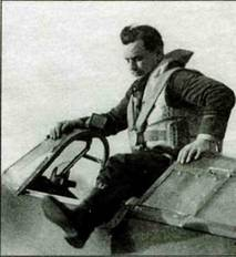Флайт-лейтенант Г. П. Блитчфорд из 257-й эскадрильи вылезает из кабины «Харрикейна», 1940 год.