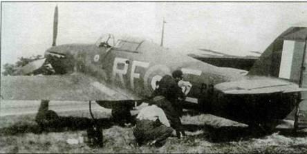 Механики готовят «Харрикейн» Р3700, RF-E к одному из его последних вылетов. Этот самолет из 303-й эскадрильи, базировавшейся в Нортхолте, был сбит 9 сентября 1940 года. В кабине самолета в тот злополучный день сидел летный сержант Вюшнем. Тремя днями раньше взводный офицер Ферич на этом же истребителе сбил Bf 109. На данной машине летали Ян Зумбах и Здислав Хеннеберг.