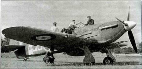 «Харрикейн Mk IIС» Z3068, QO-C из 3-й эскадрильи. Механики проводят текущий ремонт, Хандсон, сентябрь 1941 года.