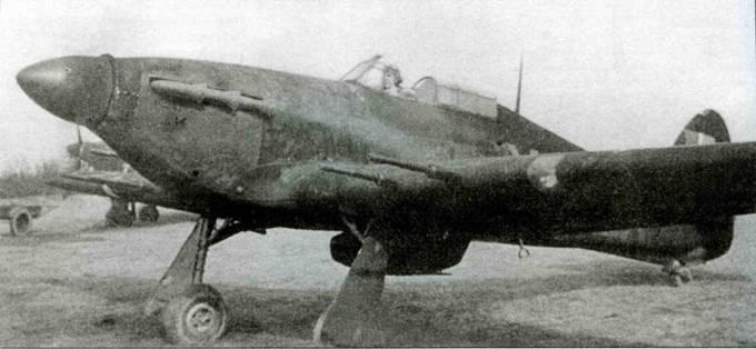 Выкрашенный в черный цвет ночной истребитель «Харрикейн Mk IIС» 245-й эскадрильи, Миддл-Уоллоп, середина 1942 года. Под выхлопными патрубками надпись красными буквами «Northern Rhodesia Squadron».
