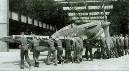 Личный состав 111-й эскадрильи вкатывает в ангар «Харрикейн», вероятно L1553. 111- я эскадрилья была первой частью Королевских ВВС, получивших новые истребители в декабре 1937 года.