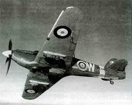 «Харрикейн Mk IIЕ»(!), но крайней мере именно так утверждается в официальных приемо-сдаточных документах на эту машину. Данный самолет с серийным номером ВЕ4Н5 летал в составе 402-й канадской эскадрильи, Уормвелл. Кодовое обозначение АЕ- W. С середины 1941 года самолет использовали в качестве истребителя-бомбардировщика. Видны подвешенные под крыльями 250-фунтовые бомбы. В декабре 1941 года самолет передали в 175-ю эскадрилью, также базировавшуюся в Уормвелле. 17 апреля 1942 года истребитель не вернулся из боевого вылета.