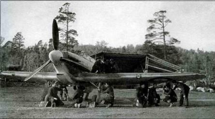 По прибытии в Ваенгу, самолеты 151-го крыла спешно приспосабливались к эксплуатации в непредусмотренных условиях. Снимок сделан в сентябре 1941 года. На фото «Харрикейн Mk IIВ Trop.». Механики копошатся вокруг машины.
