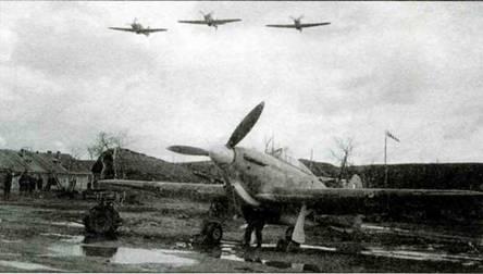 Аэродром Ваенга, сентябрь-октябрь 1941 года. На земле стоит «Харрикейн IIВ Тгор.» из 81-й эскадрильи. На заднем плане виднеются аэродромные постройки.