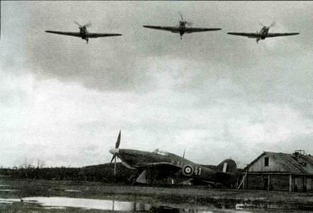 Два снимка. «Харрикейны IIB Trop.» (Z4018 и Z5768) из 81-й эскадрильи, Ваенга, сентябрь-октябрь 1941 года. Серия таких снимков с пролетающими в небе тремя самолетами сделана, вероятно, с пропагандистскими целями. Видно, что летное поле находится в тяжелом состоянии.
