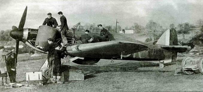 «Харрикейн 1» Р3886 из 601-й эскадрильи, Экзетер, 1940 год. Этот самолет доставили в эскадрилью в октябре 1940 года, а уже 15 октября машина попала в аварию при посадке. Пилот — взводный офицер Дж. У. Седдон — уцелел. Самолет отремонтировали и в январе 1941 годи передали в 1-ю эскадрилью в Кенли.