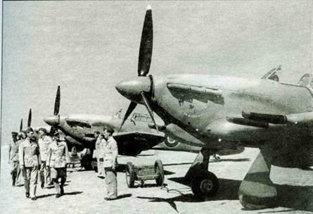 Момент передачи «Харрикейнов» в 94-ю эскадрилью. На переднем плане «Харрикейн IIС» «Сэр Аласдейр». В темной фуражке вице-маршал У.А. Маклофри.