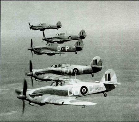 Отряд «Харрикейнов II» из 94-й эскадрильи, Египет, июнь 1942 года. Первый, третий и четвертый истребитель — Тас R Mk IIС (без двух пушек). Остальные два — стандартные Mk IIС. Три самолета принадлежат к числу «истребителей Макроберта».