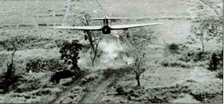 Два снимка показывающие ход атаки «Харрикейна IV» на мост на Тиддим-Роуд, Бирма, 1945 год. На втором фото видно, что бомбы уже сброшены.