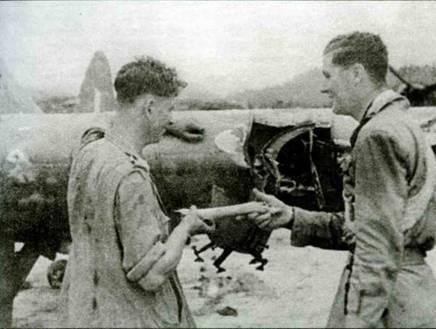 «Харрибомберы» приводили атаки с бреющего полета и часто задевали за кроны деревьев. На снимке виден результат такого столкновения. Пилот показывает механику кусок ветки, застрявшей в крыле. Хорошо виден бомбодержатель под крылом.
