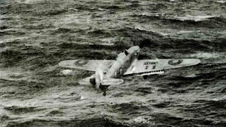 Взлет «Си Харрикейна» с палубы эскортного авианосца «Виндекс», Атлантика, март 1944 года. Обратите внимание на то, что на правом крыле самолета отсутствуют крышки оружейного отсека. Закрылки выпущены в режим взлета.