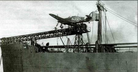 Английский транспорт «Эмпайр Тайд» оснащенный катапультой. На катапульте установлен «Си Харрикейн 1А», Гринок, 9 октября 1941 года. На нижнем снимке катапульта видна в другом ракурсе.