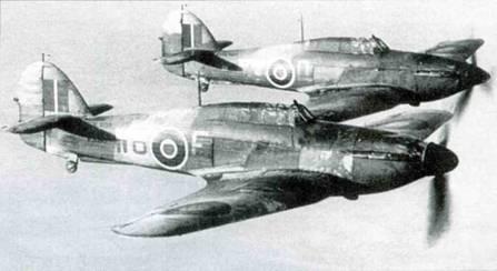 Пара «Си Харрикейнов IА» 760-й эскадрильи. Ни переднем плане самолет Р3090, переделанный в апреле 1941 года из стандартного «Харрикейна I». Обратите внимание на то, что отсутствует крюк аэрофинишера, излишний для чисти, базировавшейся на берегу.